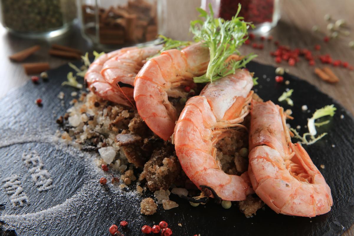 「10種香料鹽焗蝦」的鹽粒讓蝦的鮮甜完全釋放,咀嚼彈Q蝦肉的同時,濃郁香料味直衝鼻腔。(420元/份)