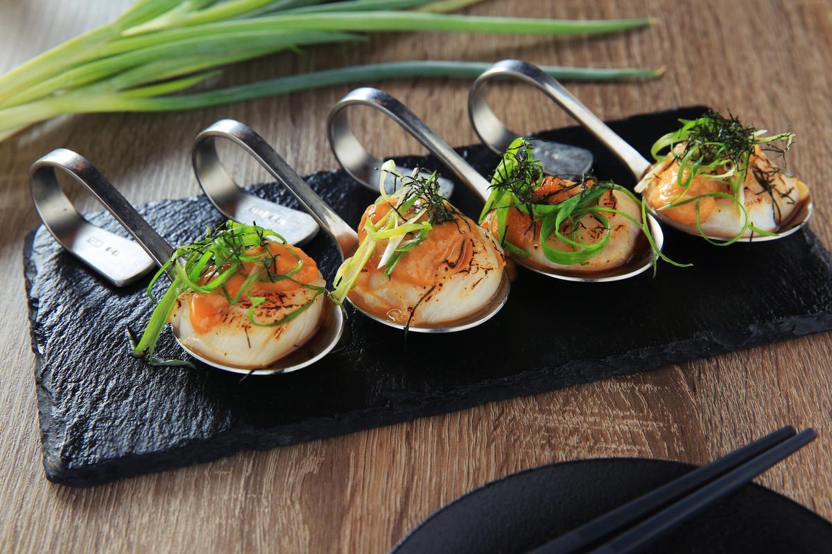 「海膽生食級干貝」有先將干貝表面做炙燒,搭配芥末調味的馬糞海膽,鮮味十足。(360元/份)