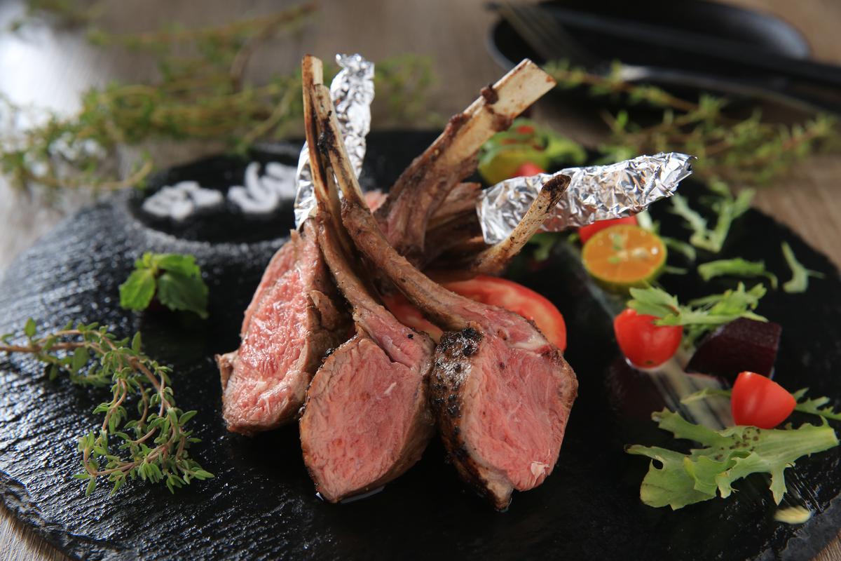 「沏酒招牌小羔羊」以百里香、迷迭香、特調五香粉熬煮的紅酒醬提味,肉質鮮嫩無腥羶,豐富香料烘襯出羊肉的甜美。(520元/份)