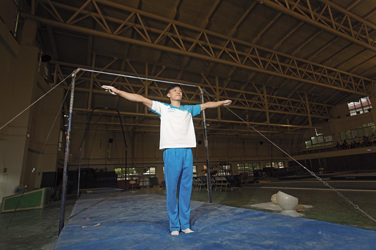 李享恩是翻滾男孩中年紀最輕的,當年那個每次發獎品都哭的男孩,15年來勤練不贅,今年在全國錦標賽上拿下一銀。