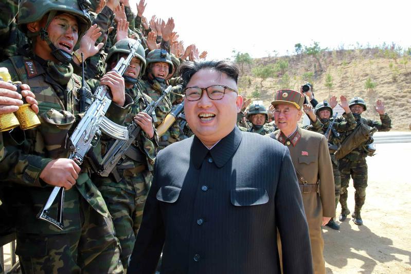 2017年4月13日,北韓機關報《勞動新聞》報導領導人金正恩視察「特種部隊打擊目標」競賽。(東方IC)