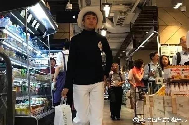 鄧超一身帥氣,好像在超市裡走秀。(翻攝自微博)