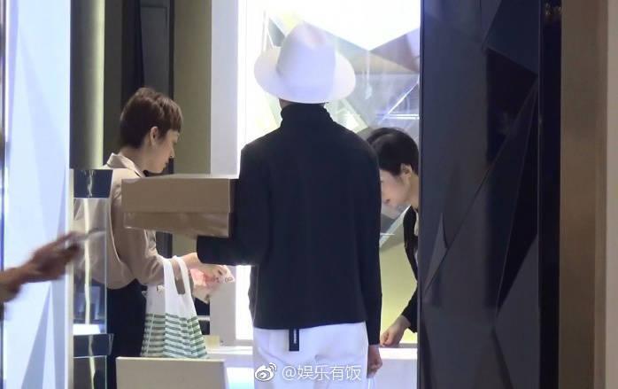 買單時,掏錢的是孫儷,鄧超在一旁站立。(翻攝自微博)