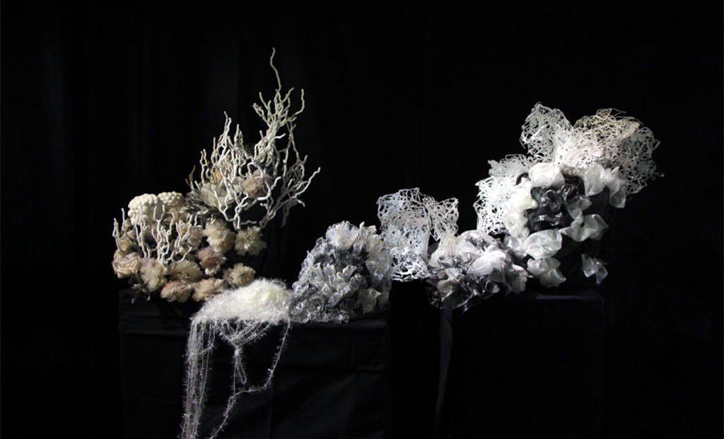 深白色的詩歌系列作品,讓觀眾先走入多采多姿的珊瑚礁世界,最後卻看到珊瑚礁顏色越變越單調,感受自然生命逐步走向凋零的景象。(Francis Sollano提供)