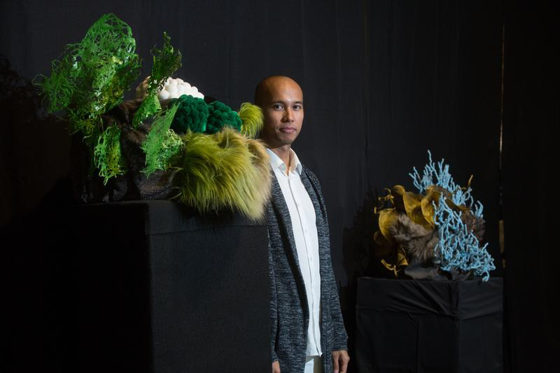 法蘭西斯.索蘭諾用垃圾創作所有作品,藝術類型跨足裝置藝術和時尚設計,這系列的珊瑚作品便是用台灣工廠的毛根廢料和窗簾布做成。