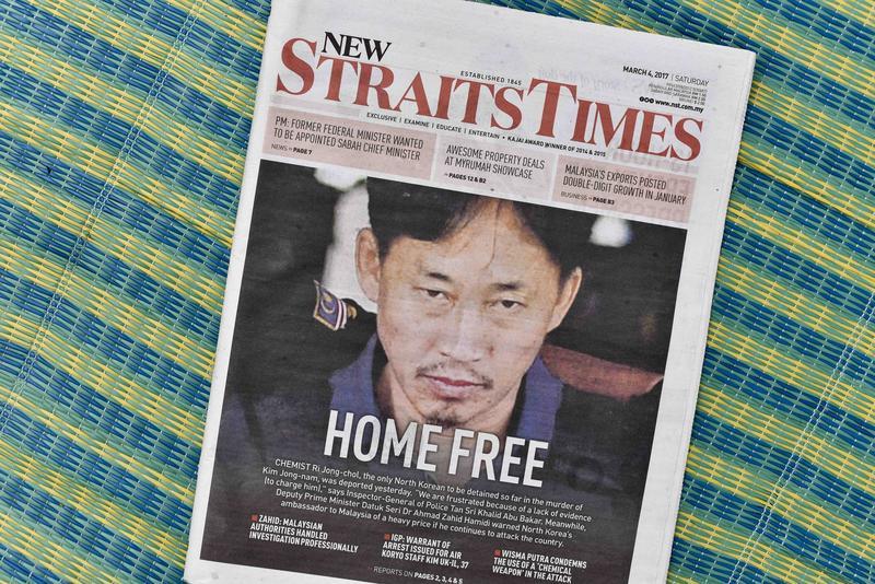 2017年3月4日,具有化學博士學歷,馬來西亞警方懷疑涉及金正男命案的北韓人李鍾哲被遞解出境。馬國新海峽時報頭版照片上寫著斗大標題「Home Free」。(東方IC)