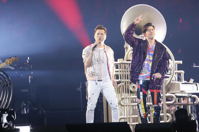 周杰倫「地表最強」演唱會唱到第三場,集郵第三位金曲歌王庾澄慶當嘉賓。