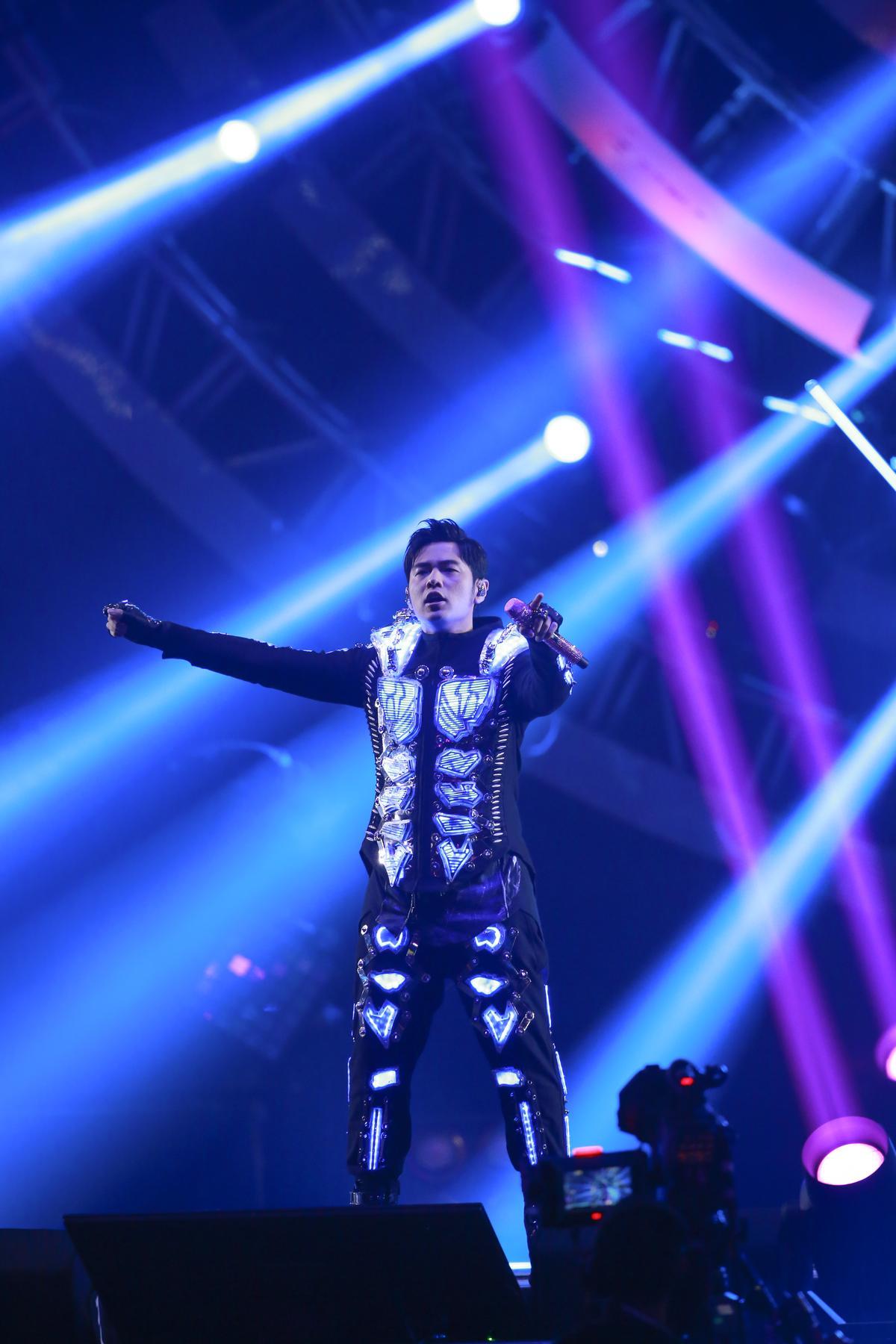 周杰倫台北演唱會最終場,一開場穿著散發藍色光芒的戰甲登場。