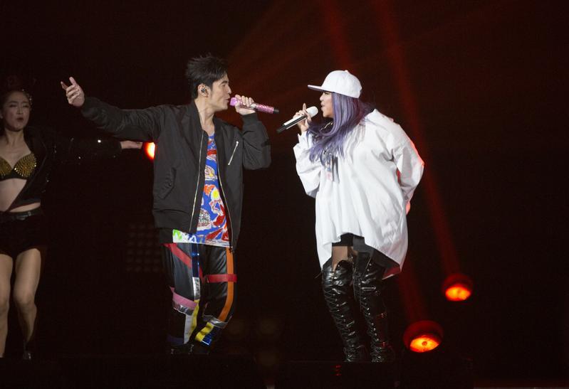 張惠妹擔任周杰倫最終場嘉賓,兩人互飆經典,阿妹還下台換衣服後繼續唱。