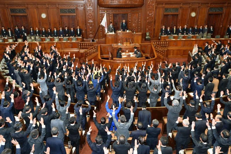 日本眾議院在全體會議上宣布解散,議員們一同舉起雙臂高呼「萬歲」的場面,是日本國會特有的文化。(東方IC)