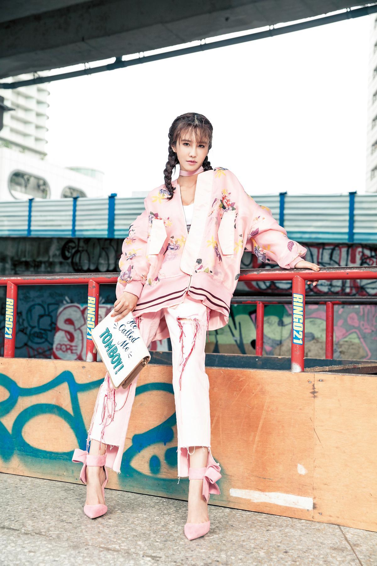 Katy Huang粉色丹寧褲。NT$1,980/日本買的標語包包。約NT$5,000/淘寶買的高跟鞋。約NT$600