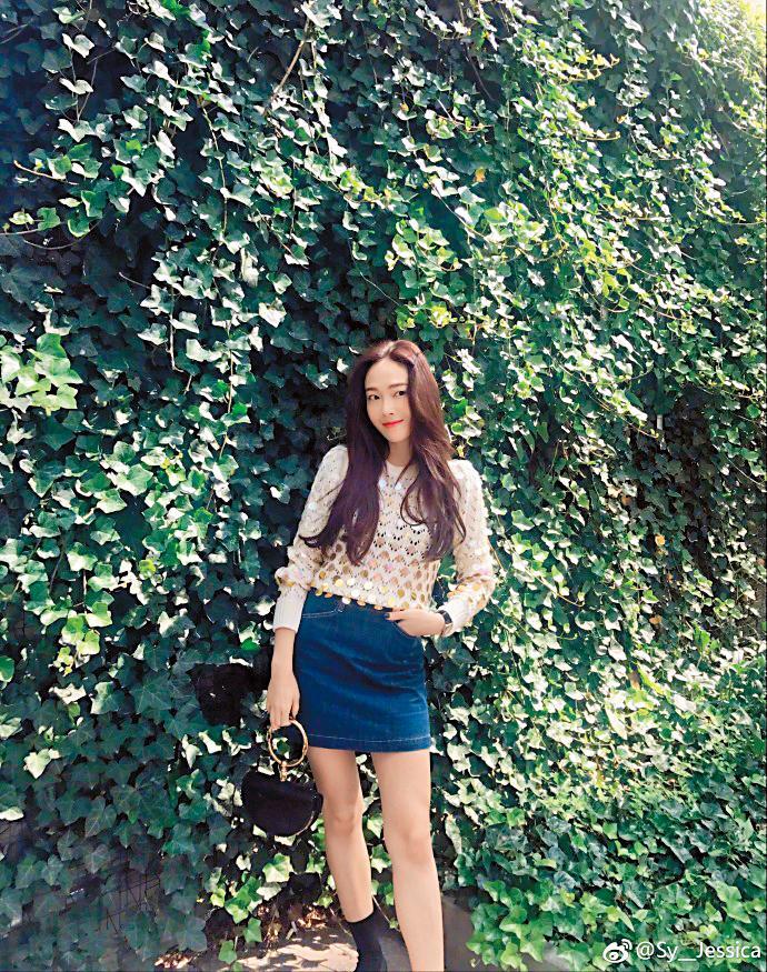韓國時尚Icon鄭秀妍(Jessica)出發到紐約時裝週,一舉一動都是媒體焦點;身穿Marc Jacobs 2017秋冬系列針織亮片上衣、Blanc & Eclare牛仔短裙並手拎Chloé小包時,千嬌百媚。(翻攝自Sy__Jessica微博)