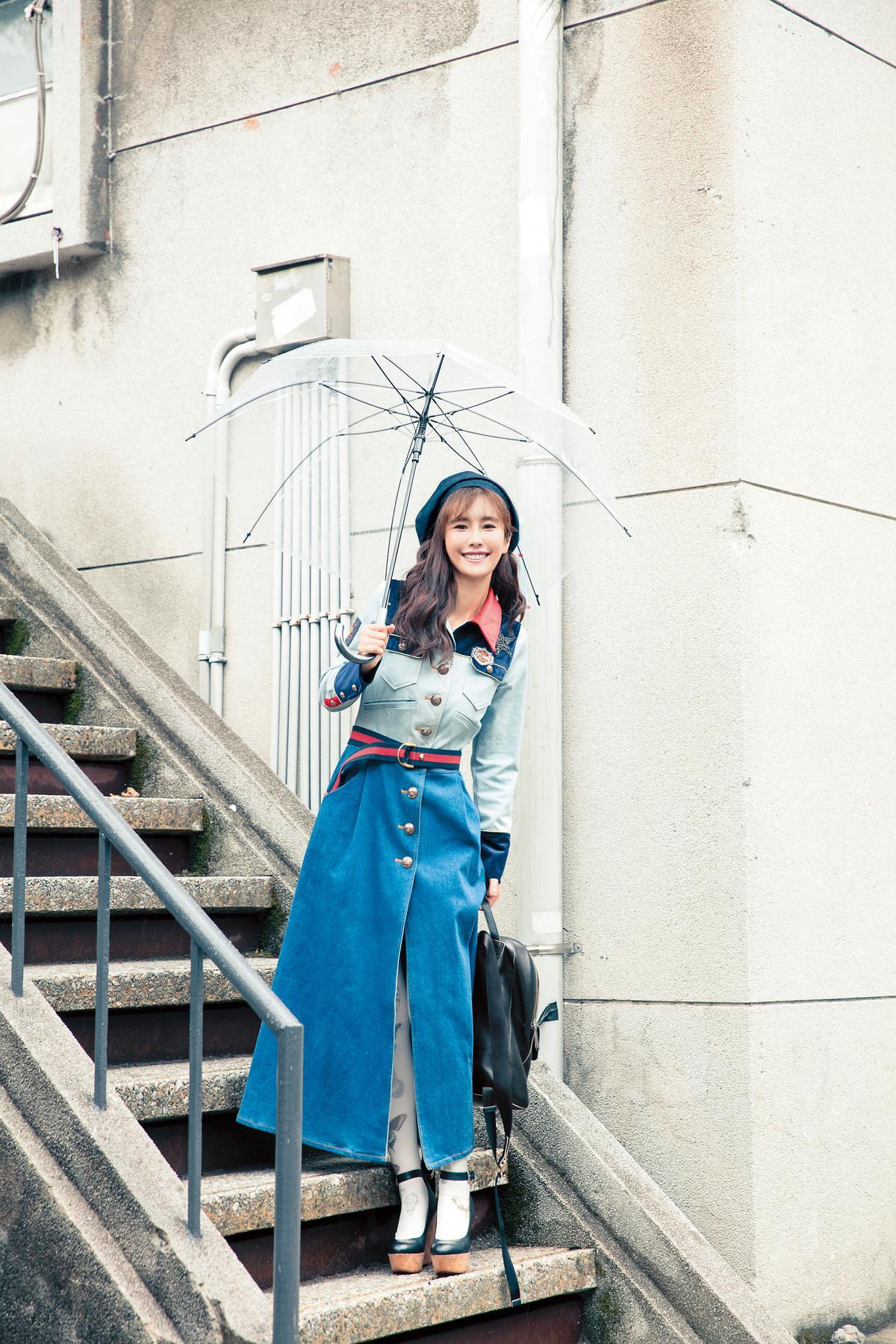 Katy Huang拼接洋裝。約NT$12,500/日本買的蝴蝶圖騰襪子。約NT$600/NINE WEST楔型跟鞋。約NT$2,800