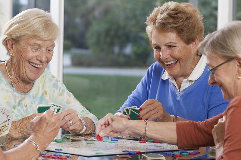 研究顯示社交、遊戲、工藝活動都能有效預防輕度認知障礙惡化。(圖取自網路)