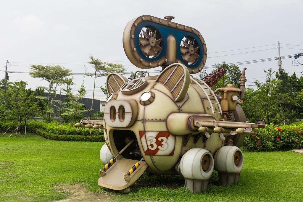佇立在餐廳外的「織豬機」造型飛機,很受大人、小孩歡迎。