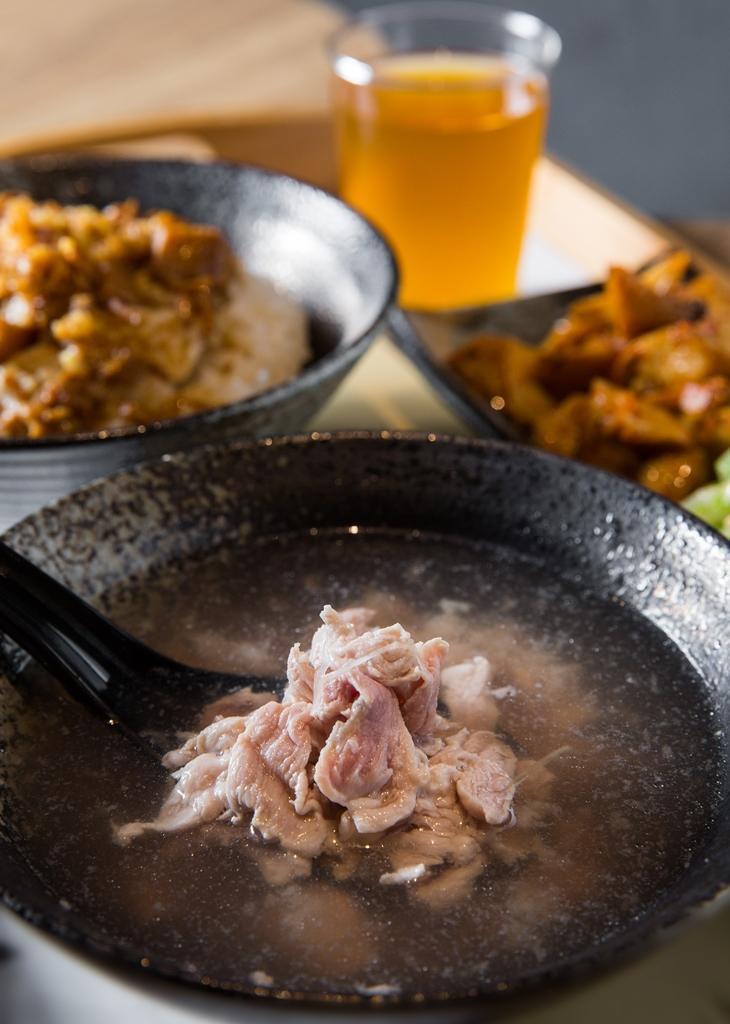 「現沖小里肌」靈感來自台南牛肉湯,冷藏小里肌切成薄片以高湯現沖汆燙,湯清肉甜,十分清爽。(250元/套餐,假日限定)