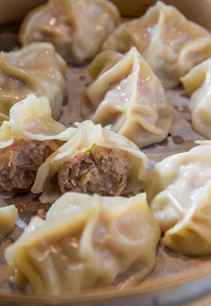 「手工霸王水餃」以豬前腿肉做餡,包入高麗菜、高湯凍,顆顆飽滿湯汁多。(150元/11粒,假日限定)