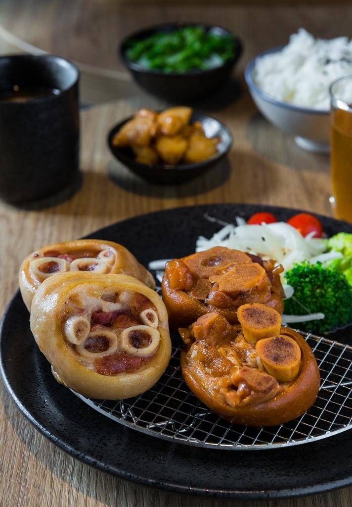 「好好雙色豬腳套餐」能吃到由蒜頭及醬油滷製的2款滷豬腳,滷3小時依然皮Q彈牙。(250元/套餐)
