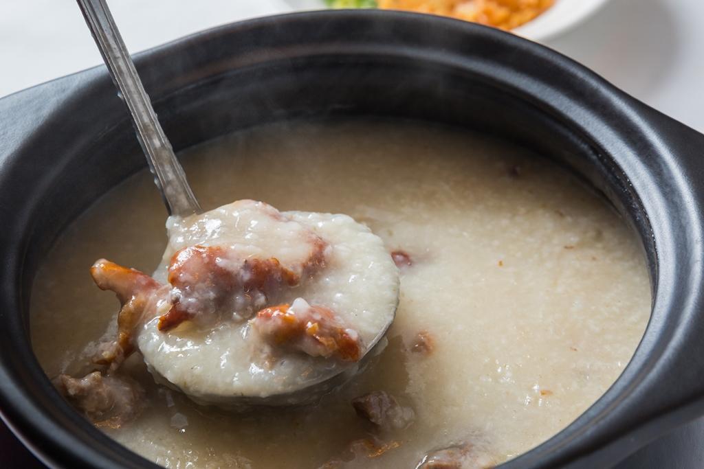 「慢火陳皮鴨骨粥」熬得幾乎不見米粒,綿密濃稠。