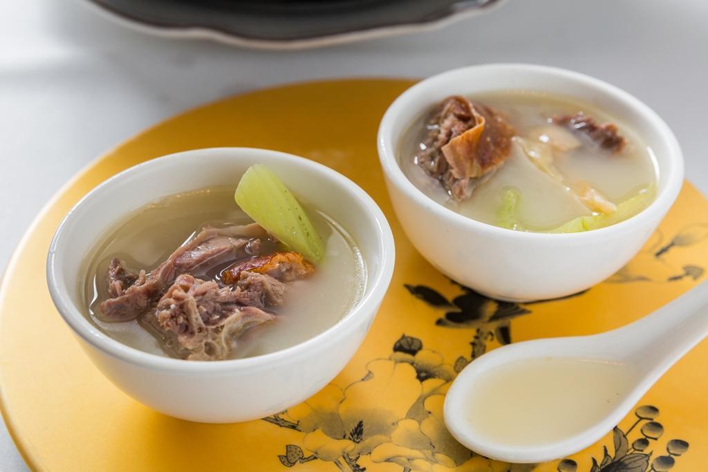 不喝粥也可選一鍋「芥菜精燉鴨骨湯」。