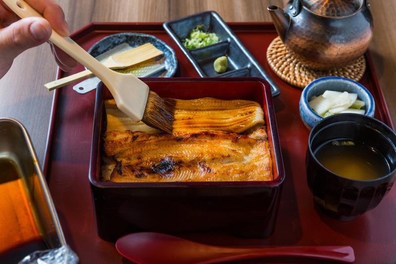 「箱盒膳」可選「滷煮」(上)「香燒」(下)2種口味,盛盒後再刷上特調醬汁。(780元/中盒、套餐)