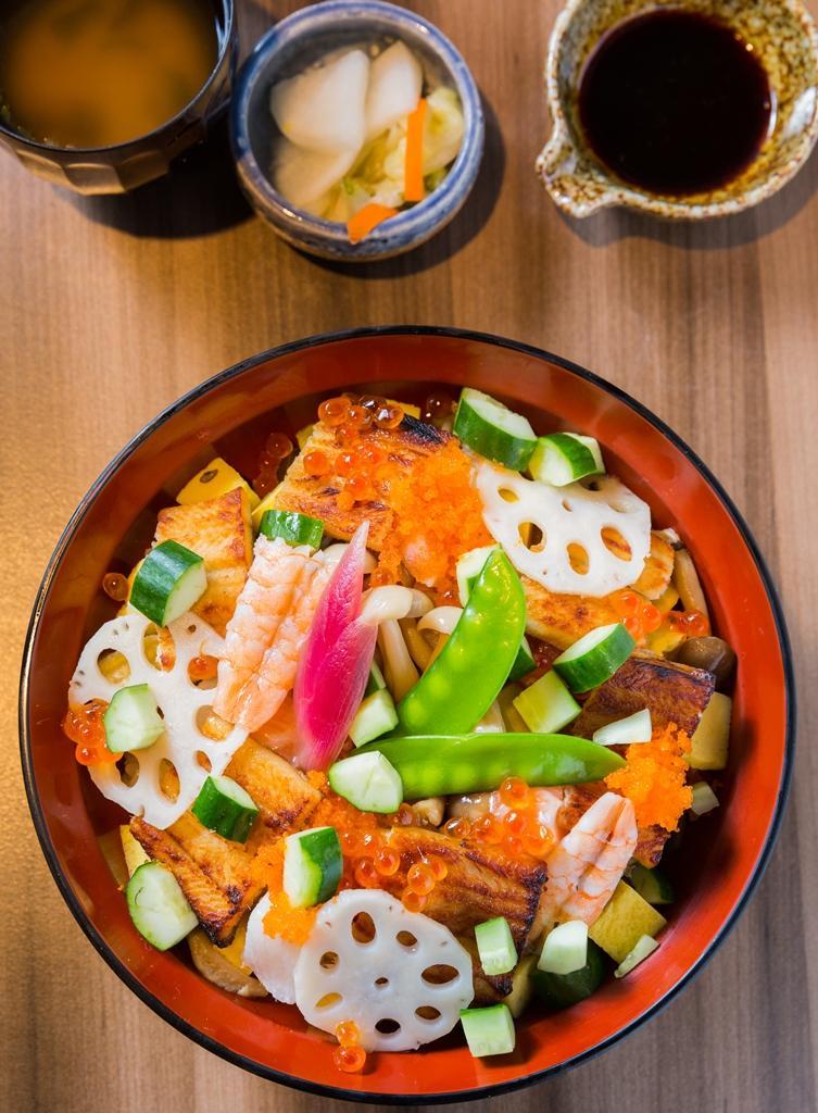 「特選穴子花壽司飯」放入烤或滷穴子、生魚丁、時蔬,滋味立體、色澤繽紛。(580元/套餐)