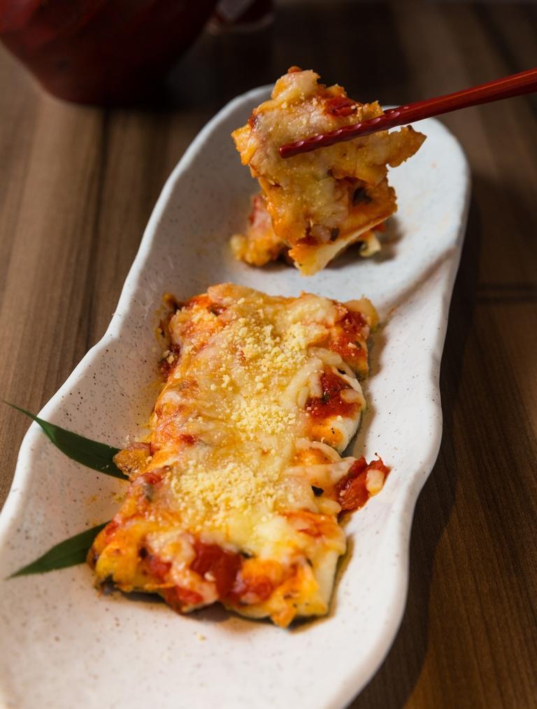 烤穴子鋪上厚厚一層番茄醬、起司就成了有點洋派的「烤起司穴子」。(360元/份)