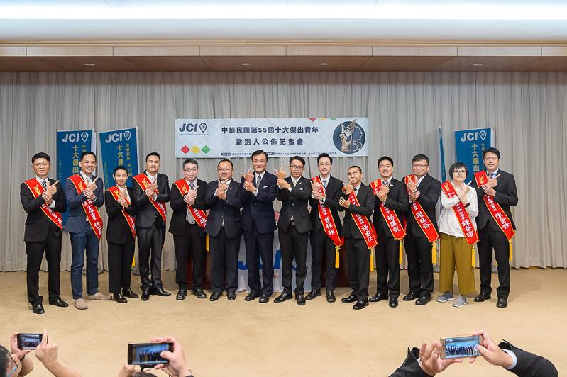 立法院長蘇嘉全(中)與今年度十大傑出青年當選人合照,但陳金鋒是委由友人(右1)出席記者會。(立法院提供)