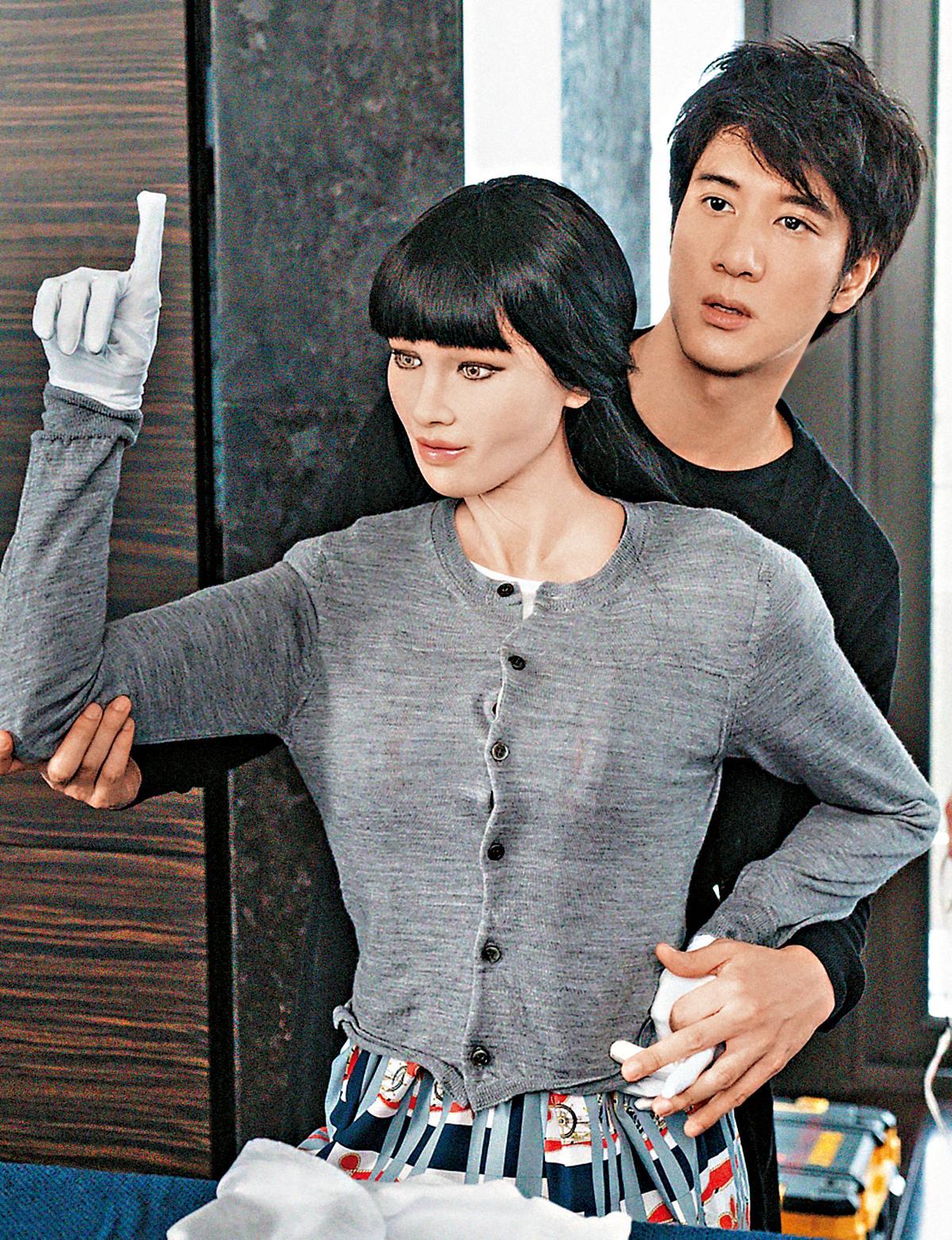 王力宏的新專輯主打歌〈A.I.愛〉,歌曲及MV都飽受批評,找來機器人對戲被說根本像充氣娃娃,連死忠歌迷都紛紛留言表示看不下去。(宏聲音樂提供)