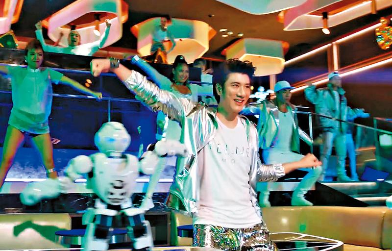王力宏率領機器人及舞者熱舞,但肢體太過陽春,遭酸是大媽復健。(翻攝自YouTube)