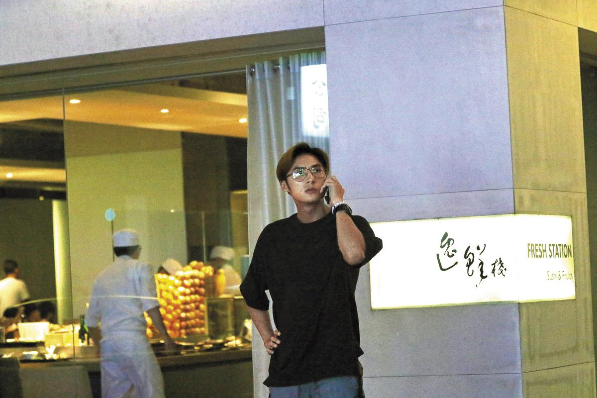 21:30 李運慶非常注意餐廳外頭的一舉一動,發現本刊之後,立刻打電話找女性救兵消毒。