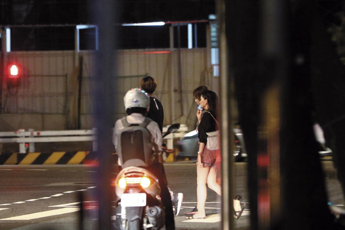 22:19 愛火重燃曝光之後,周曉涵(右二)跟來訪的女性救兵離開,和李運慶(左二)重逢的一晚就此結束。