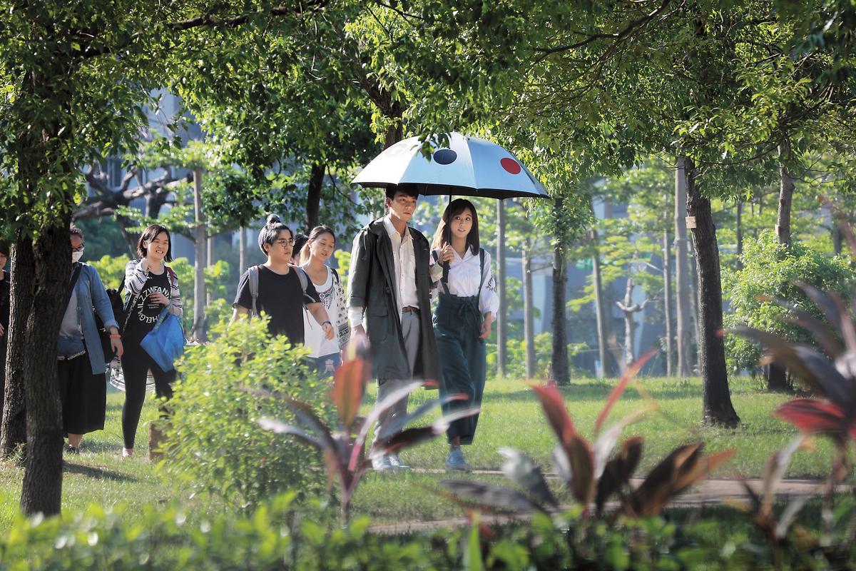 9月27日 15:28 周曉涵(右)最近忙拍偶像劇,在一處公園取景。