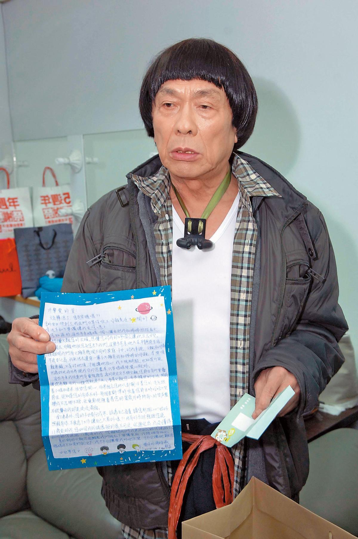 豬哥亮僅有在臨終進醫院時,才跟謝金燕破冰。他在世時曾秀出謝金燕寫給他的親筆信,父女關係雪上加霜。(華視提供)
