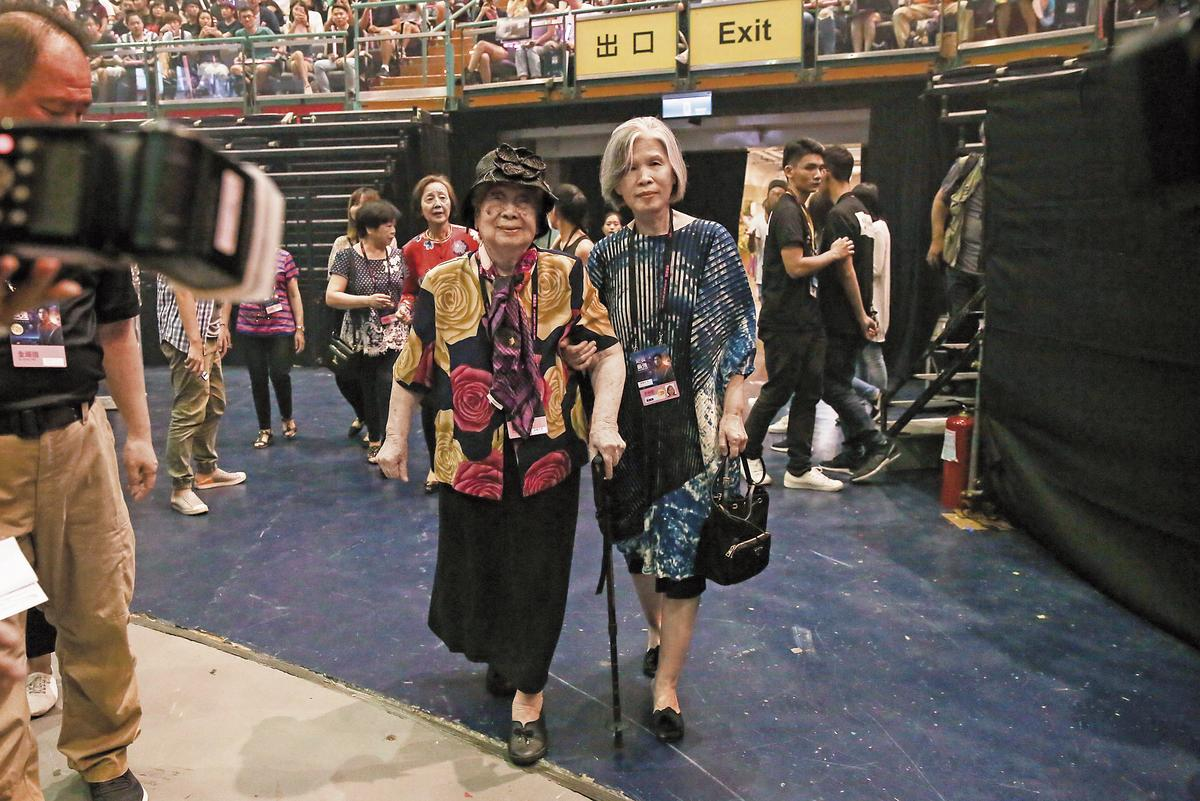 周杰倫的媽媽葉惠美及94歲的外婆在首場就現身演唱會,問起周杰倫就眉開眼笑。