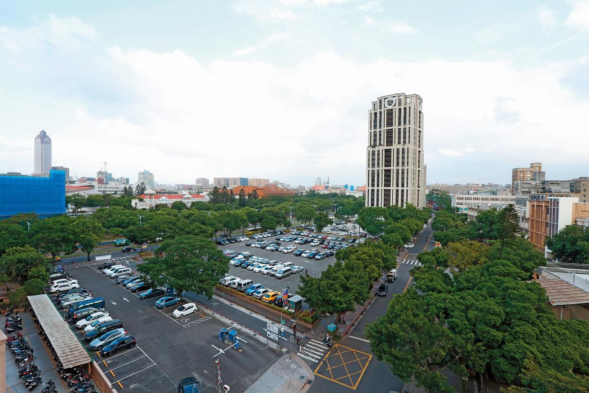 緊鄰元大一品苑豪宅的停車場,產權屬台銀,因位處博愛特區,如何使用台銀不敢冒然決定。