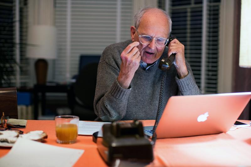 物理獎得主Rainer Weiss在家中接到諾貝爾獎相關人員來電時的情景。(東方IC)