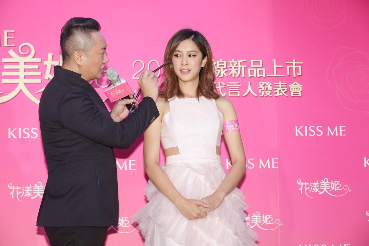 劉奕兒以一身粉嫩洋裝擔任代言人,出席新品記者會。