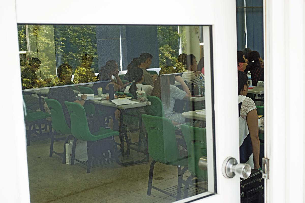 為了節省教師鐘點費,亞太竟然讓大二到大四不同年級學生併班上課。