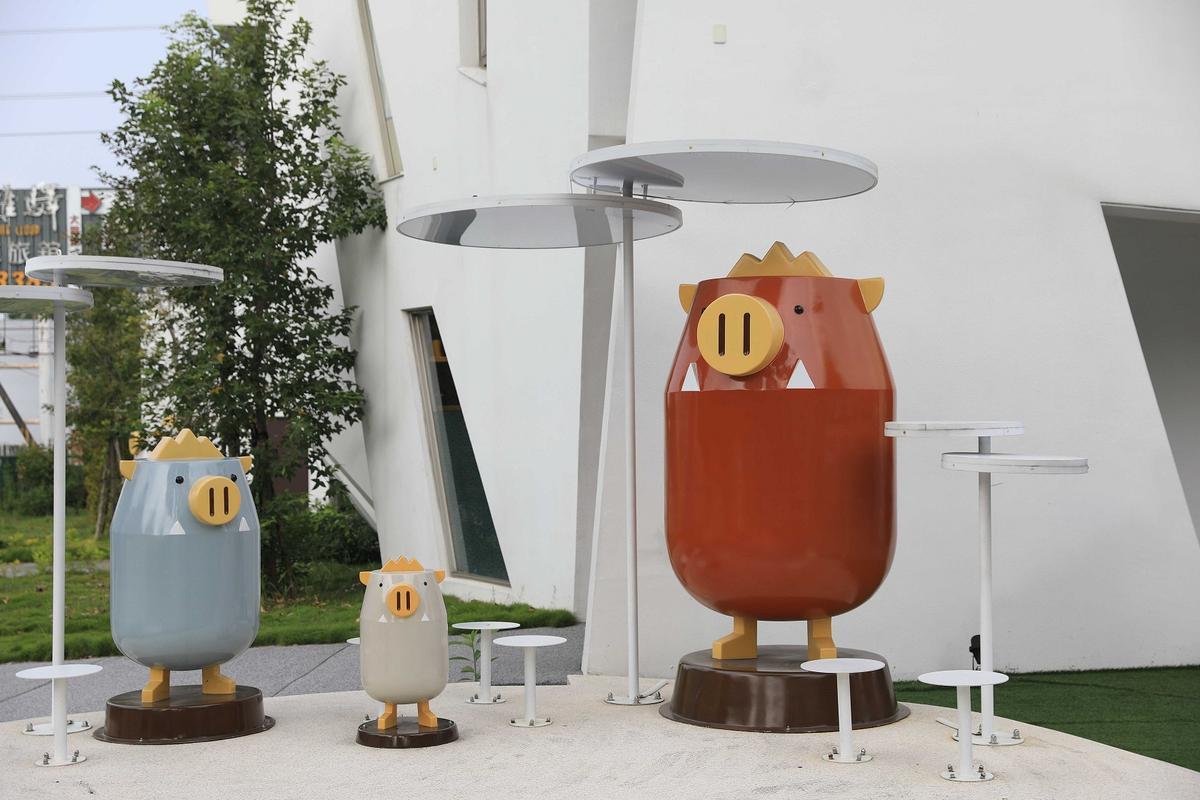 飯店外有象徵山豬的吉祥物「嘟比」。
