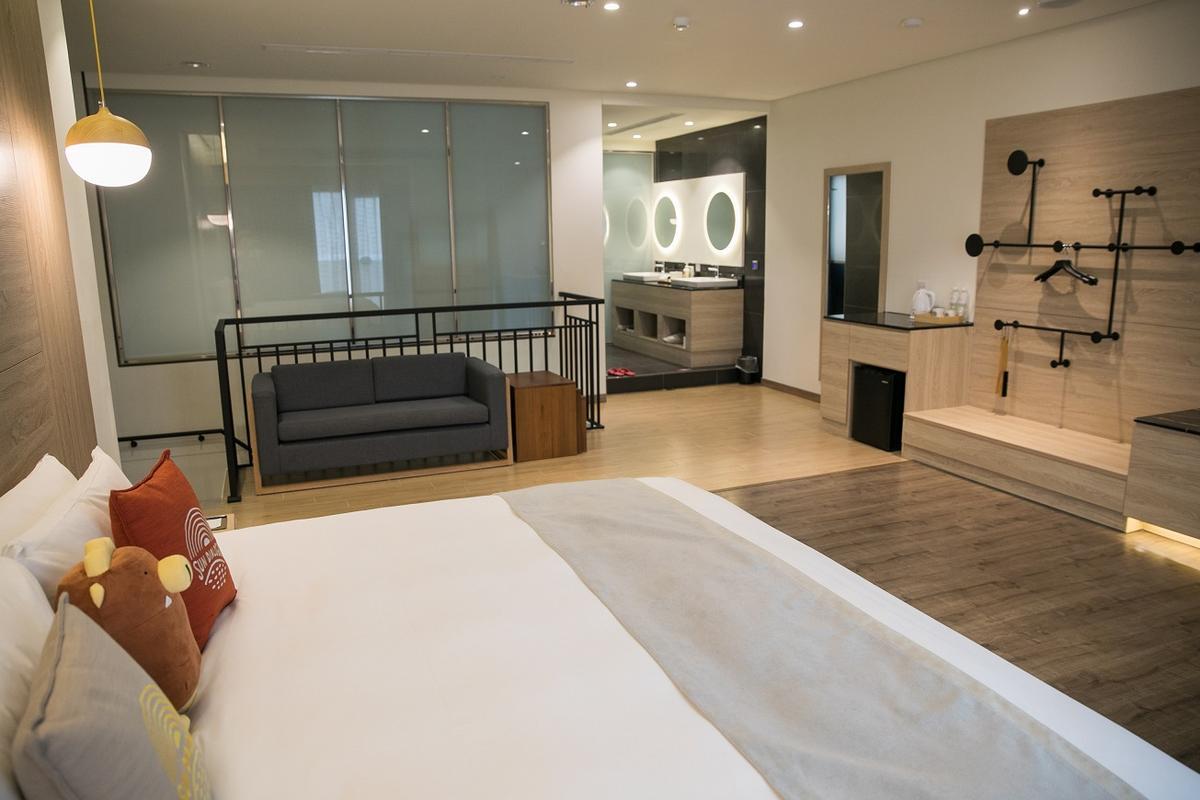 「輕逸雅緻客房」房間空間很寬敞,直接連接停車位。