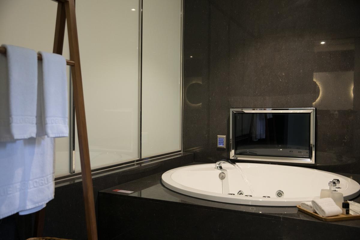 浴室內還設有按摩浴缸。