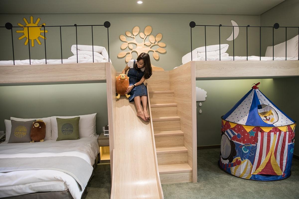「頂級豪華家庭房」裡頭有溜滑梯。