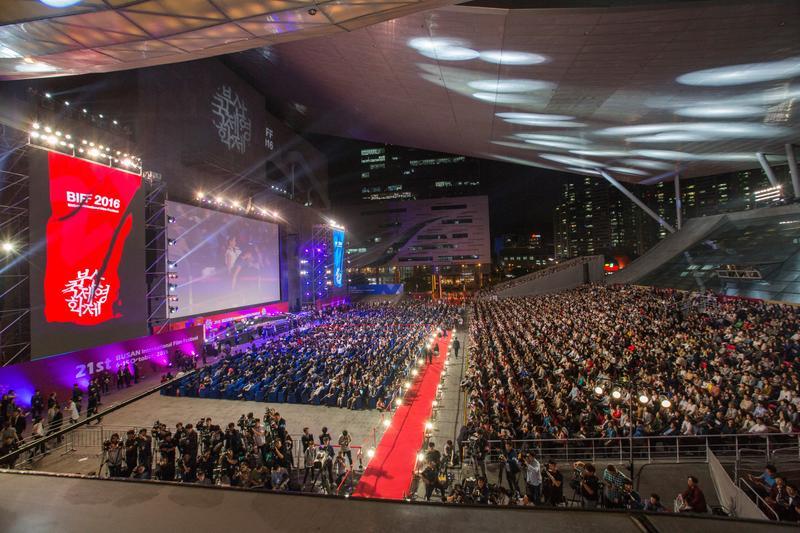 釜山影展每年在電影的殿堂舉辦開閉幕式,影展期間也提供戶外電影場次播放。