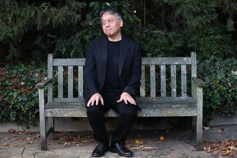 諾貝爾文學獎得主石黑一雄,在英國倫敦自家院子裡接受媒體採訪。(東方IC)