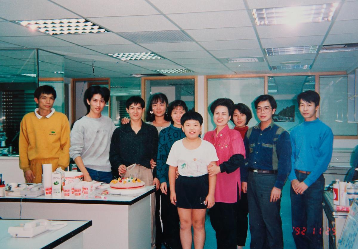 賴威光(前排中)兒時上學前都會拜託叔叔阿姨幫忙預留早餐,資深員工跟著賴家一起打拚逾25年。(賴威光提供)