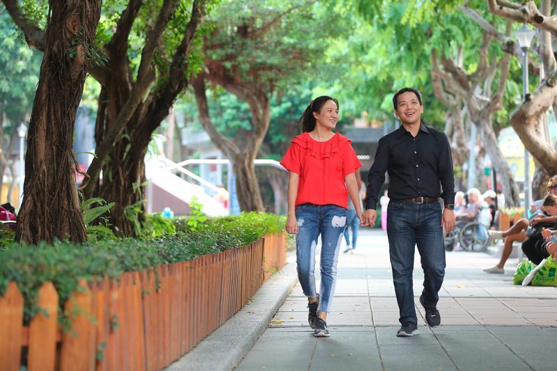 賴威光(右)為減肥愛上健身教練蔡怡婷(左),如今成為一同打拚的事業夥伴,於公於私都是最佳拍檔。