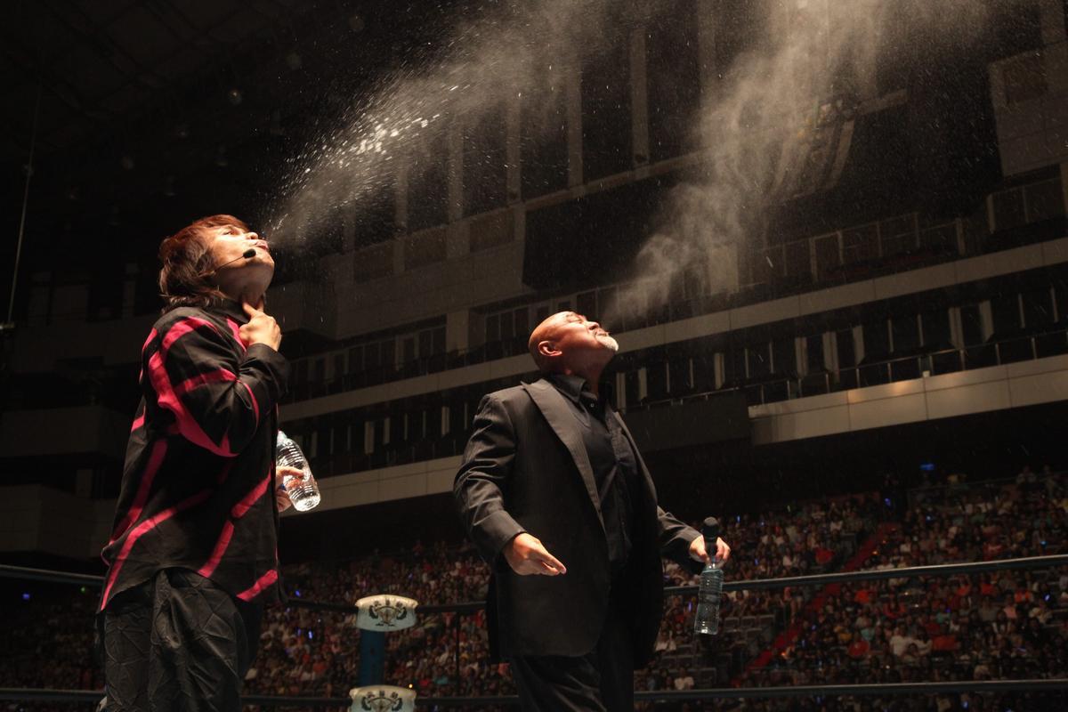 伍佰在「無盡閃亮的世界」演唱會找來摔角手武藤敬司站台,2人一起上演噴毒霧戲碼炒熱氣氛。(讀者提供)
