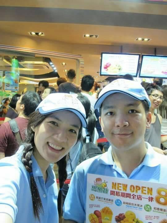 從有到無催生思慕昔品,賴威光(右)與蔡怡婷(左)親自包辦大小事,圖為永康街9號店開幕時,兩人幫忙招攬客人。(賴威光提供)