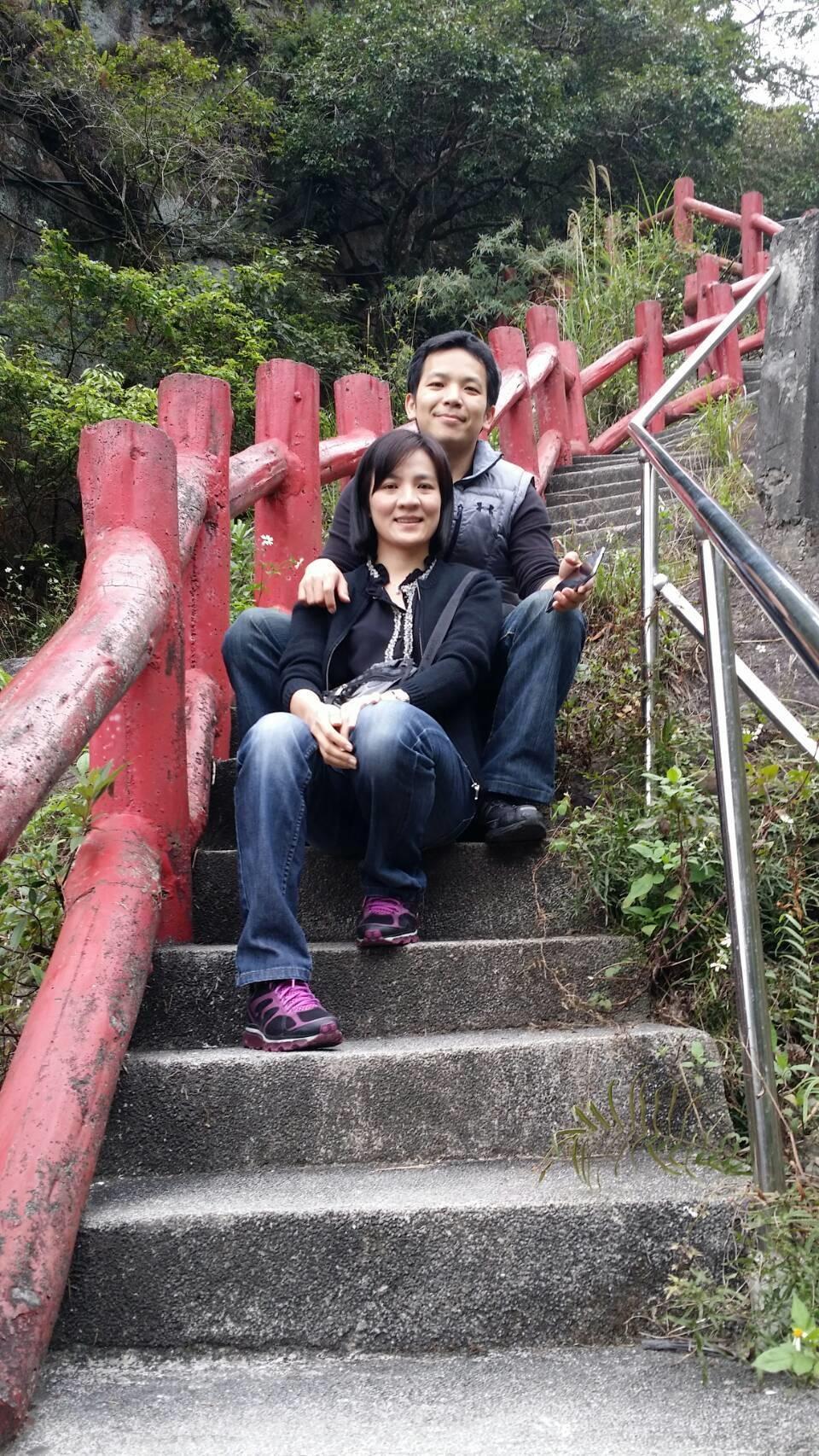 賴威光(後)與蔡怡婷(前)都熱愛運動,爬山兼約會。(賴威光提供)